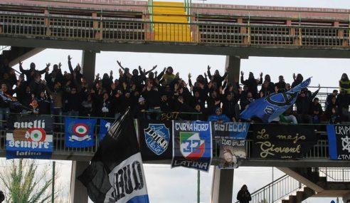 Sassaiola contro il pullman dei tifosi del Latina dopo la partita con l'Avellino